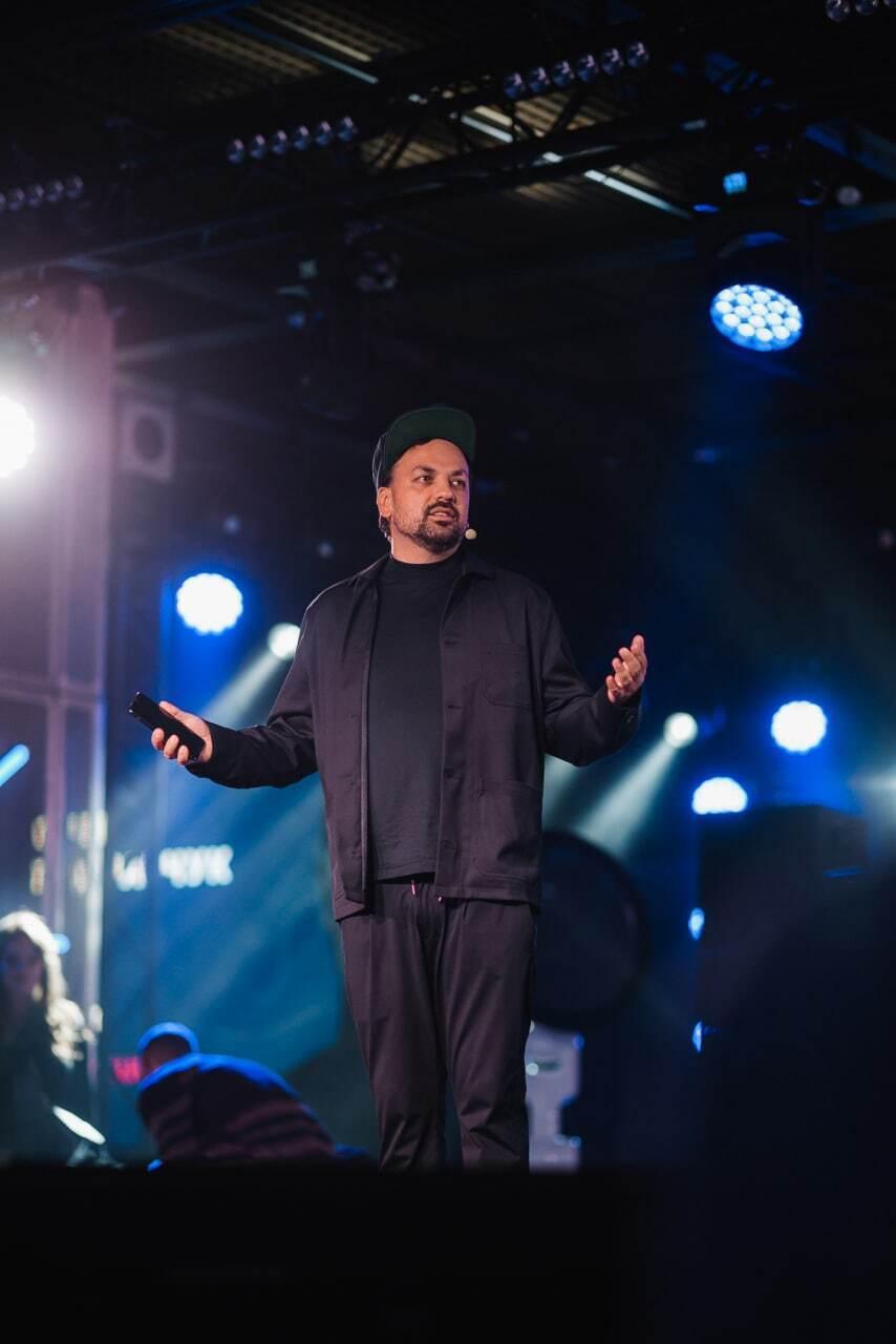 Олег Боднарчук начал свое выступление с небольшого stand-up и погрузил гостей в мир грандиозных шоу
