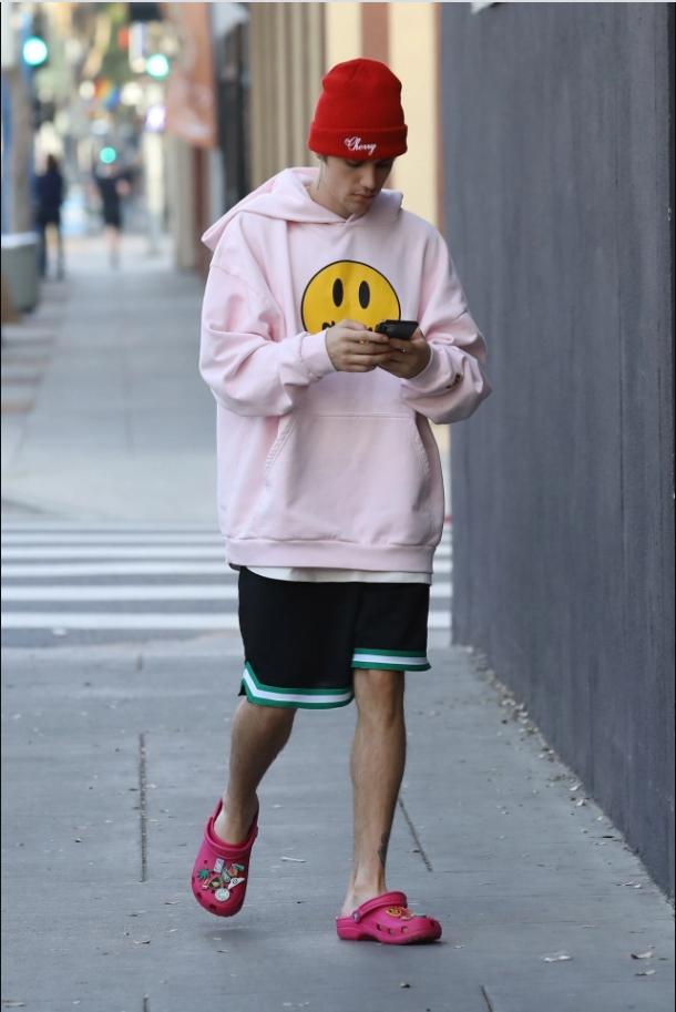 Джастин Бибер в модных кроксах