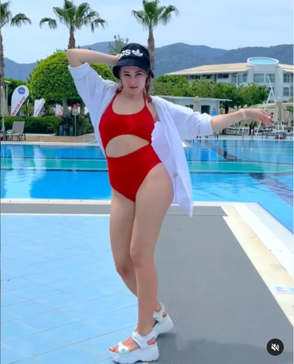 Екатерина Никитина сексуально позирует на камеру