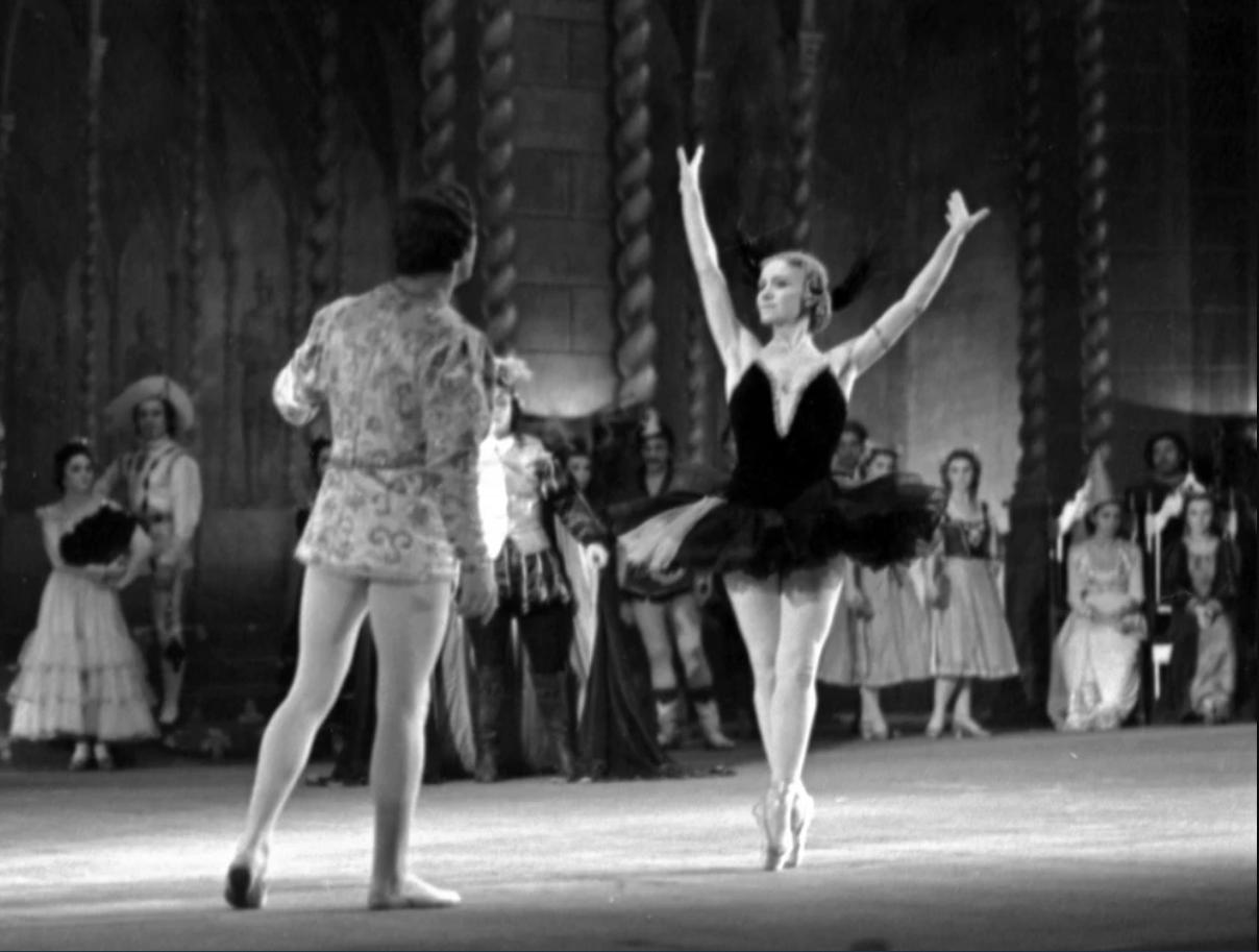 """Сцена из балета """"Лебединое озеро"""" в постановке Одесского театра оперы и балета"""