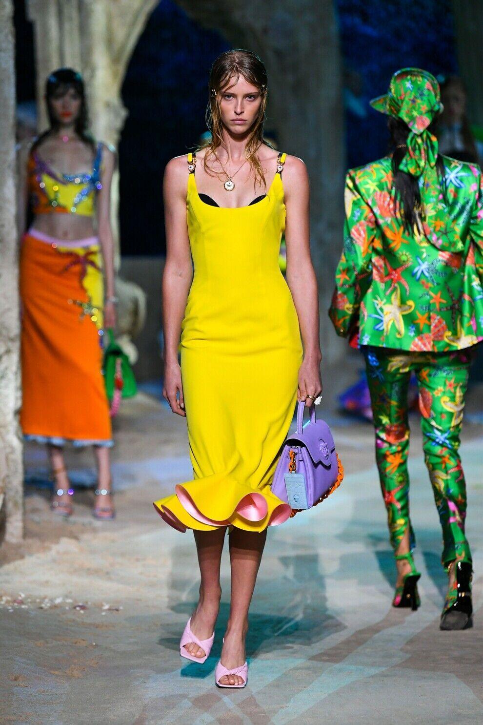 Модное желтое платье от Versace