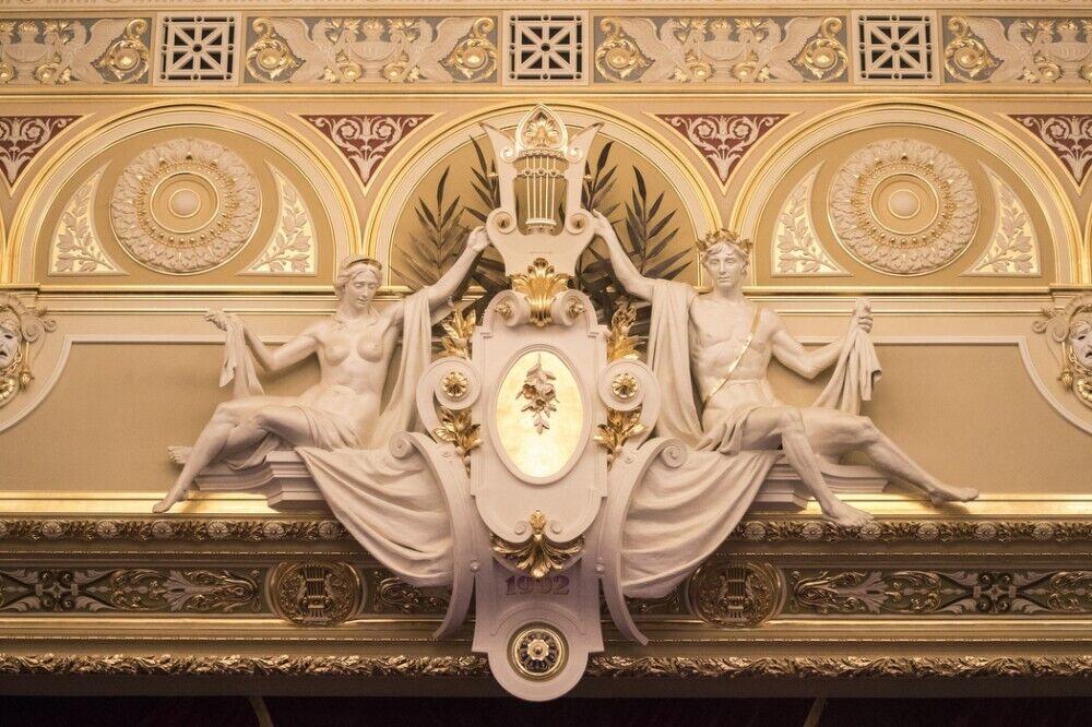 Обновили роскошный декор главного зала.