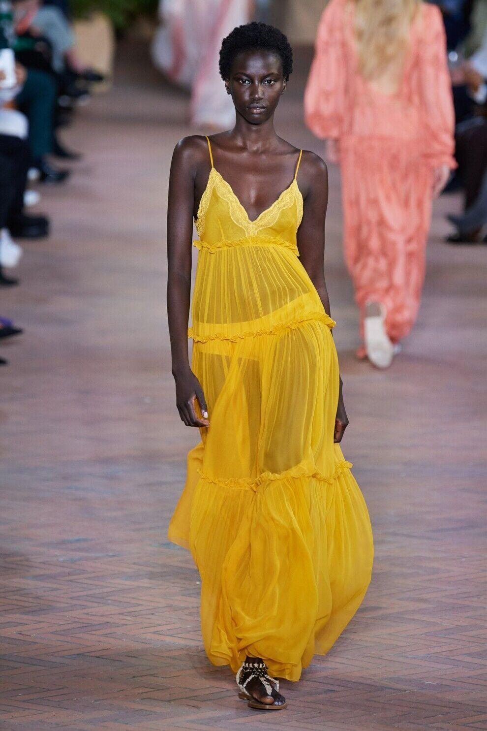Модное желтое платье от Alberta Ferretti