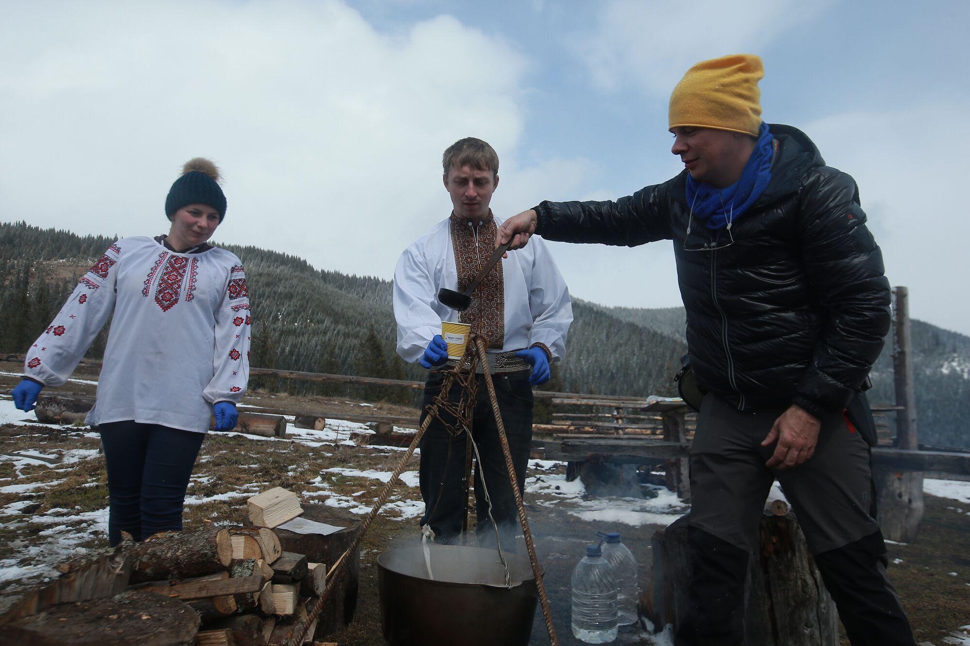 Ведучий навчився варити гірський чай.