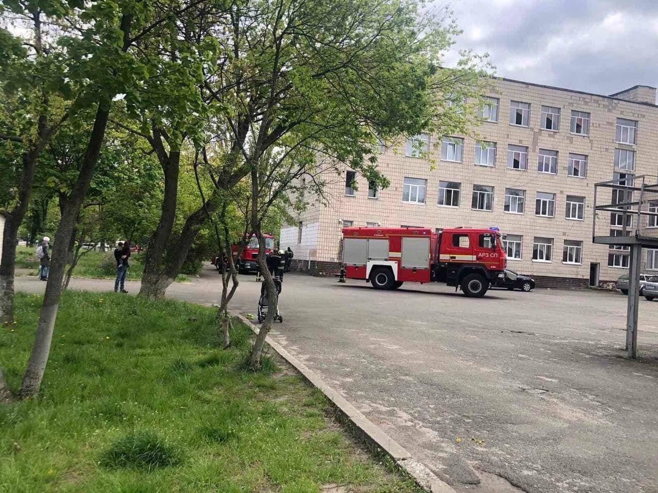 Машина пожарных на месте ЧП в школе