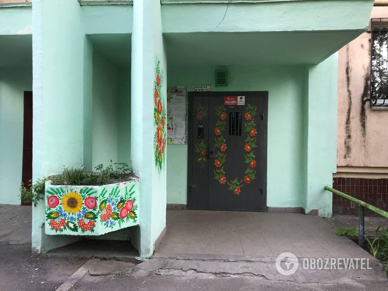 Киевлянка разрисовала национальными орнаментами несколько подъездов.