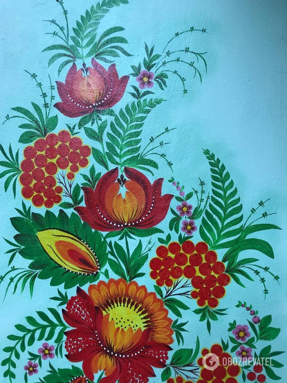 Петриковская живопись на стенах подъезда.