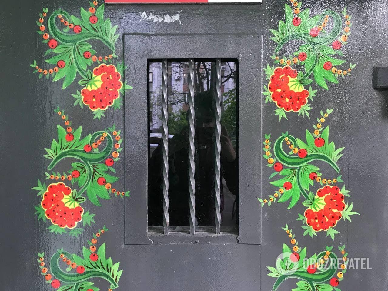 Даже двери в дом превратились в цветник.
