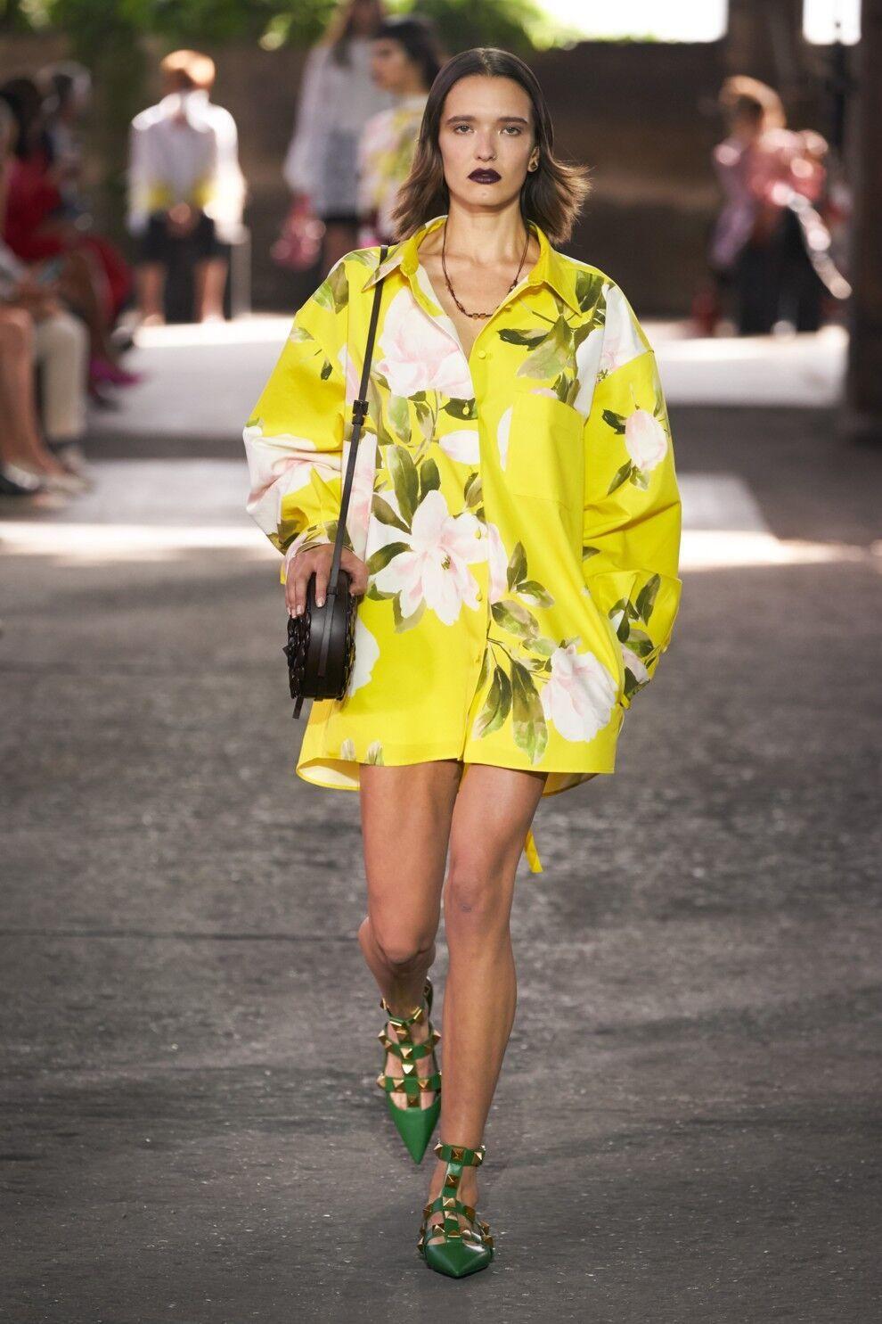 Модная желтая рубашка мужского кроя от Valentino