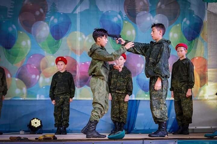 """На кадрах видно, что в """"Юнармии"""" детей учат пользоваться различными видами оружия"""