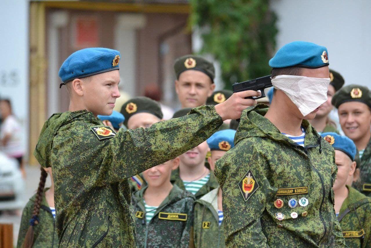 """В российской """"Юнармии"""" детей учат пользоваться оружием"""