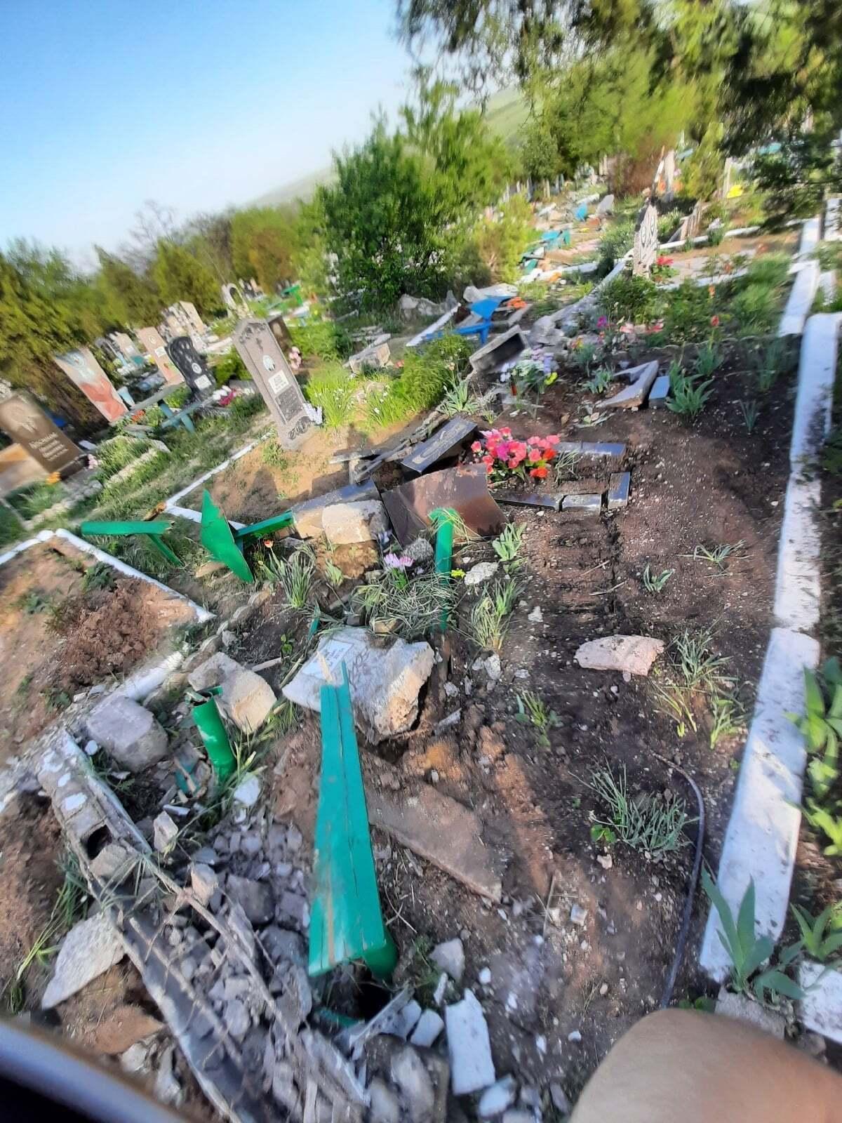 Знищені могили в Перевальську.