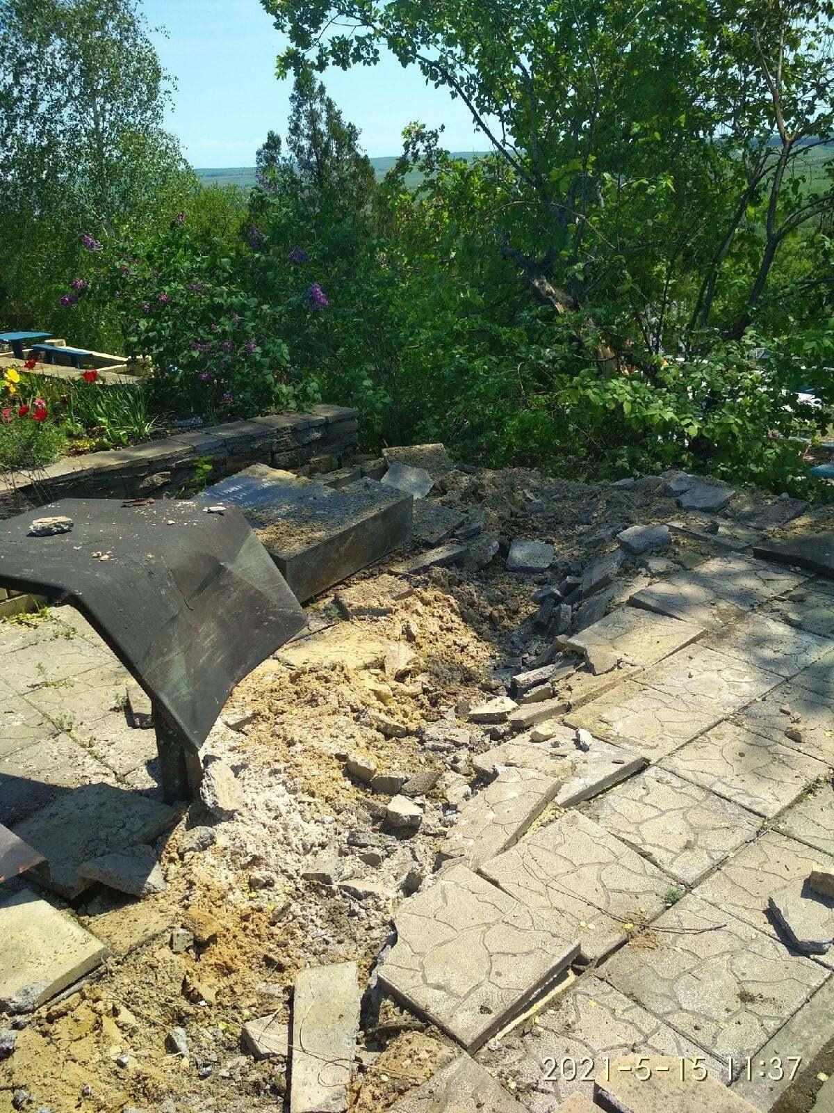 Руйнування на кладовищі в Перевальську.