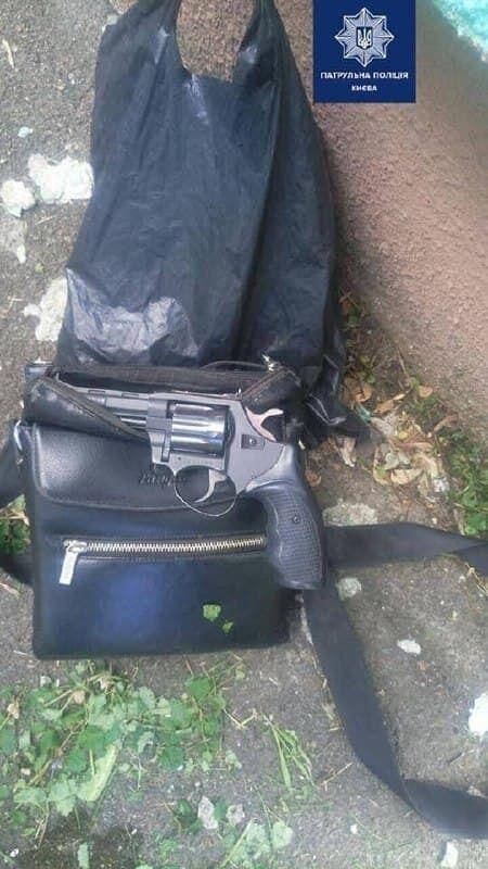 У затриманого виявили предмет, схожий на револьвер.