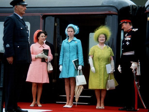 Елизавета II со своей сестрой Маргарет и мамой Елизаветой