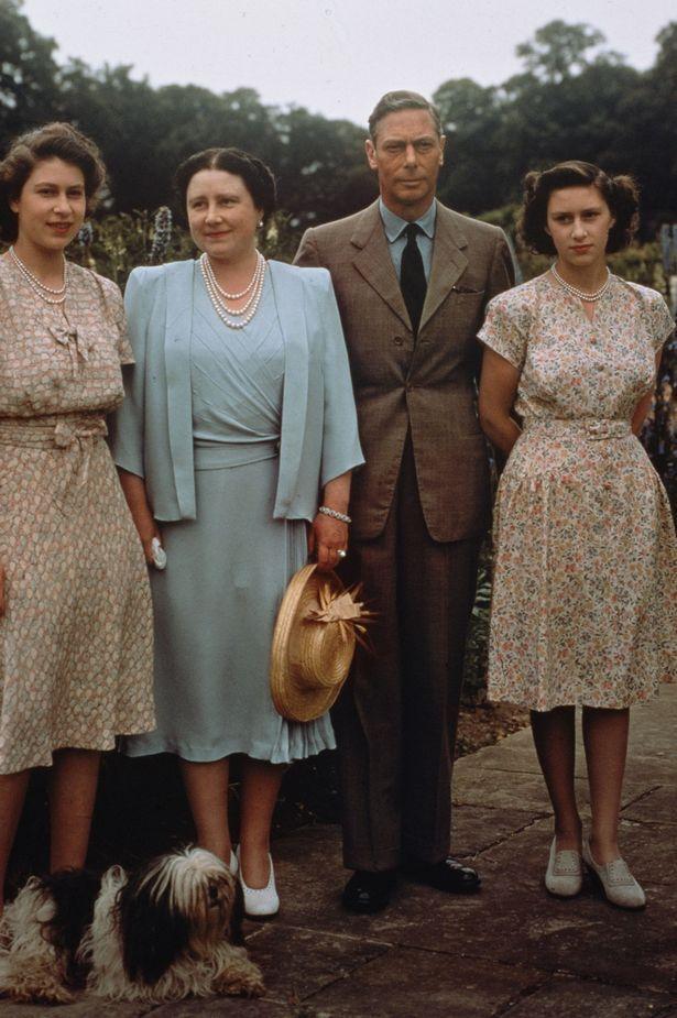 Король Георг VI с женой королевой Елизаветой и дочерьми – принцессой Елизаветой и принцессой Маргарет