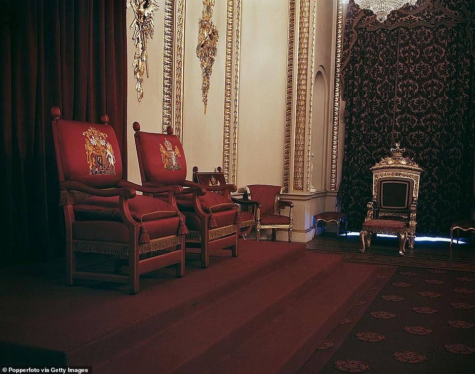 Центральное место в тронном зале занимает пара тронных стульев