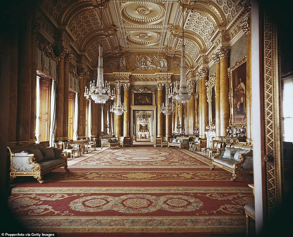 Синяя гостиная, пожалуй, самая роскошная во дворце