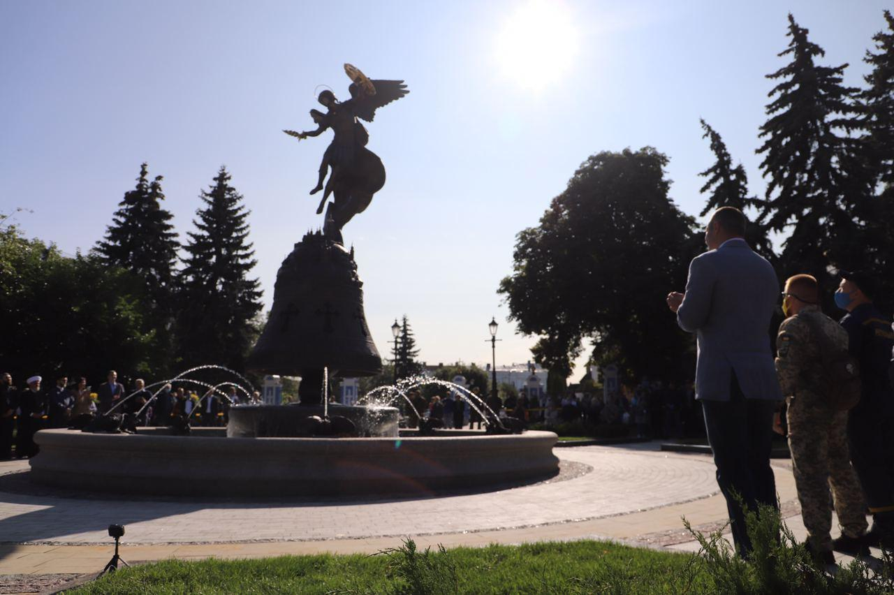 Фонтан зі скульптурою архистратига Михаїла.