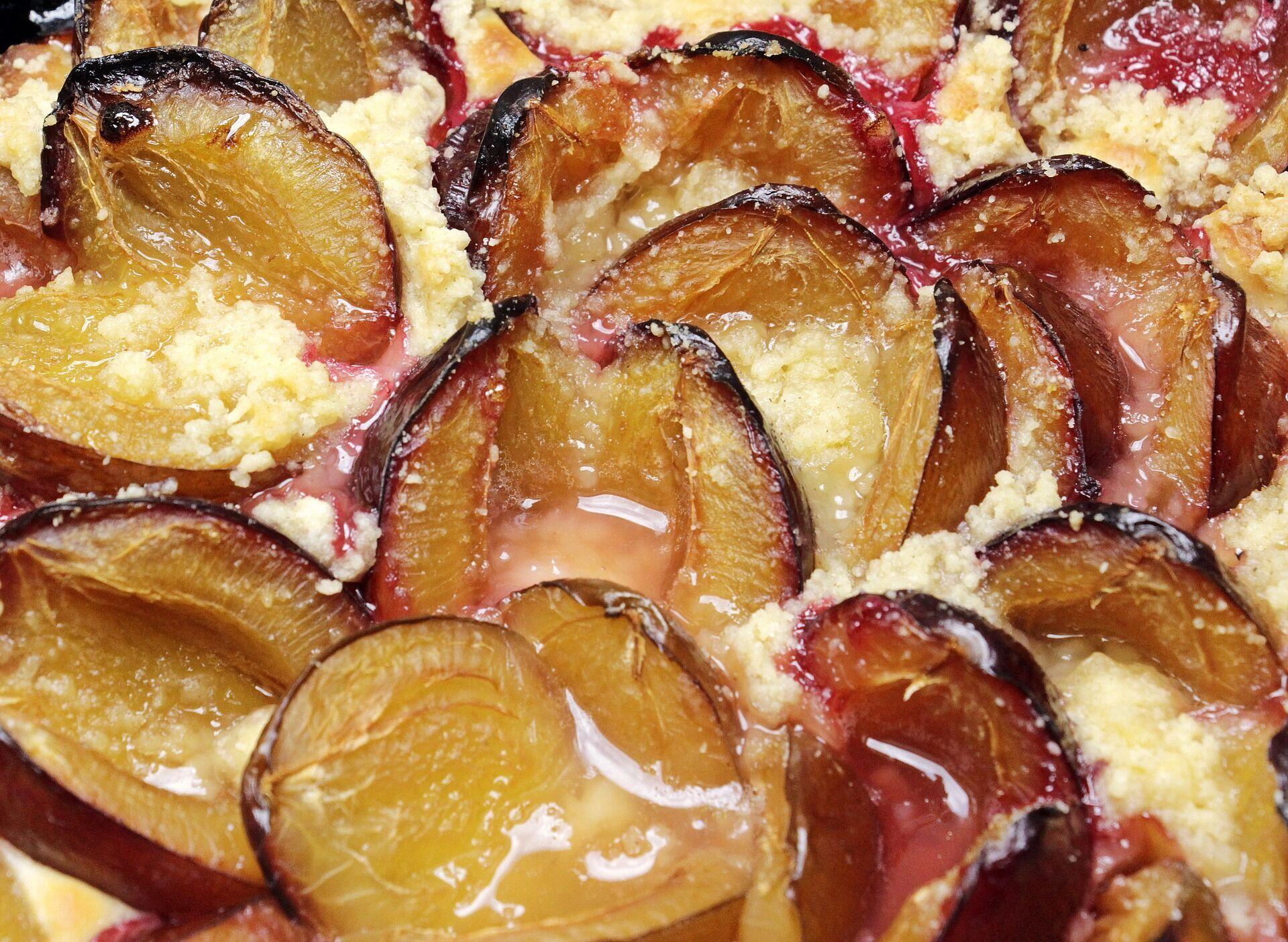 Пирог с грушами и сливами