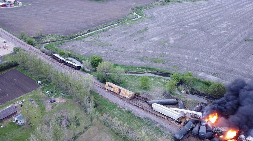 В США сошел с рельсов и загорелся поезд с химикатами: эвакуировали десятки человек. Фото