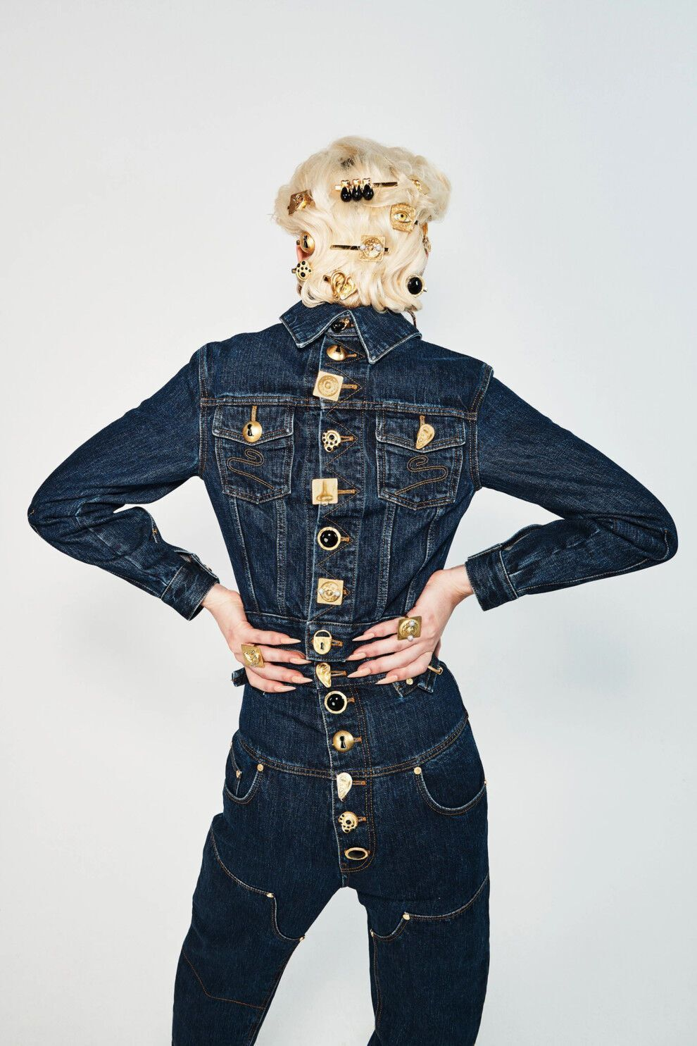 Темно-сині джинси в моді влітку 2021.