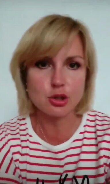 Жінка, яка викидала українські паспорти, заявила про погрози.