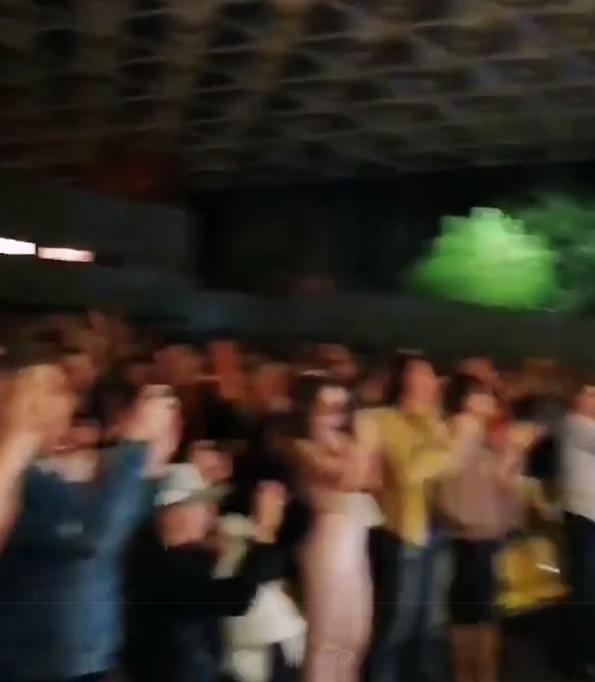 Поклонники аплодировали стоя