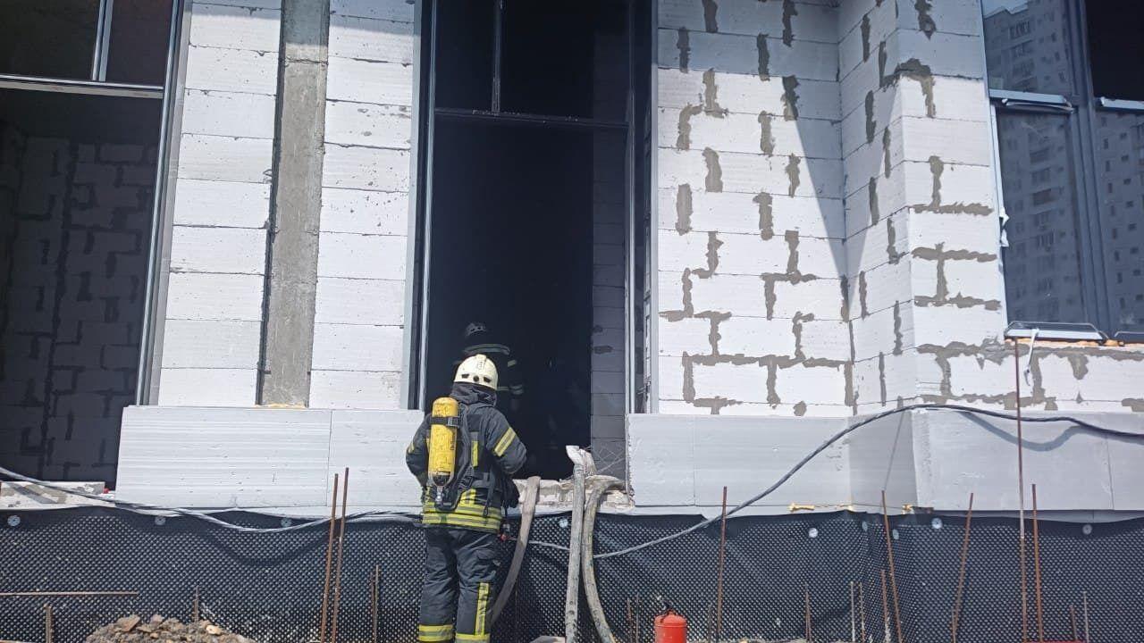 Пожар произошел в складском помещении, где хранились строительные материалы.