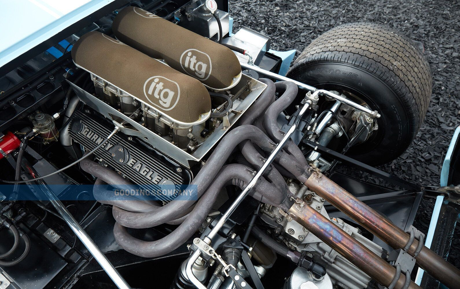 Спорткар оснащен двигателем V8