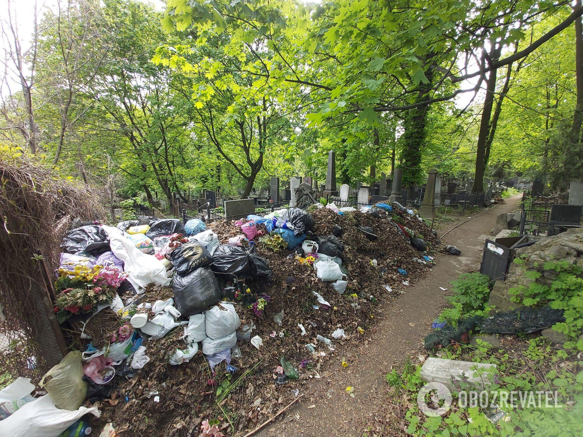 Горы мусора на аллеях старого сектора некрополя.