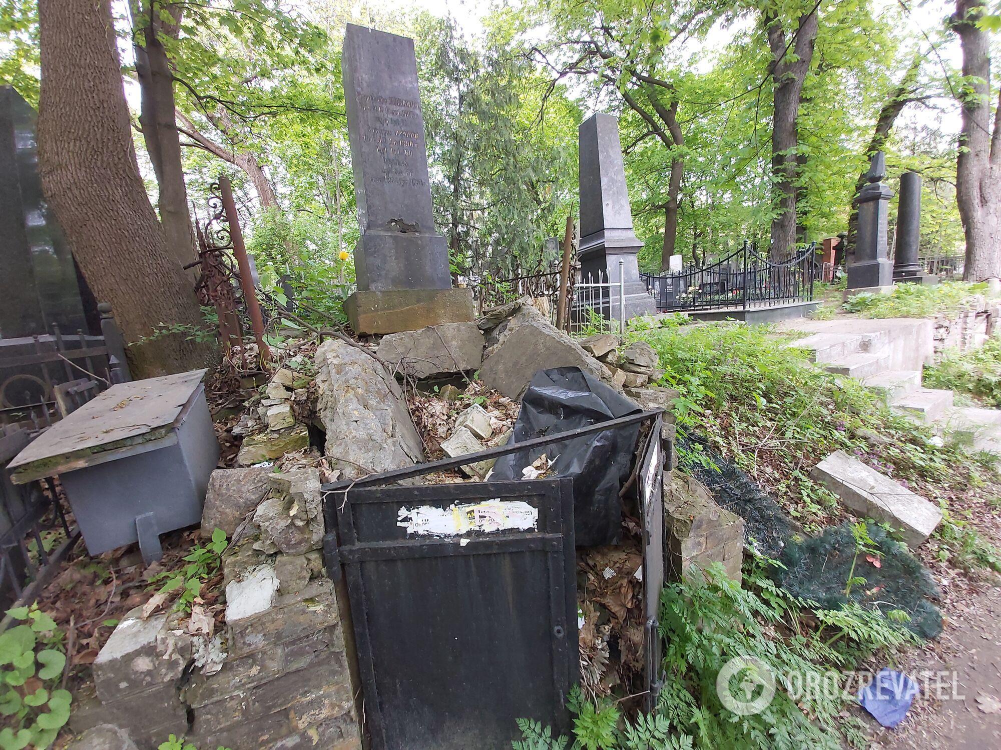 Много обломков памятников разбросаны по некрополю.