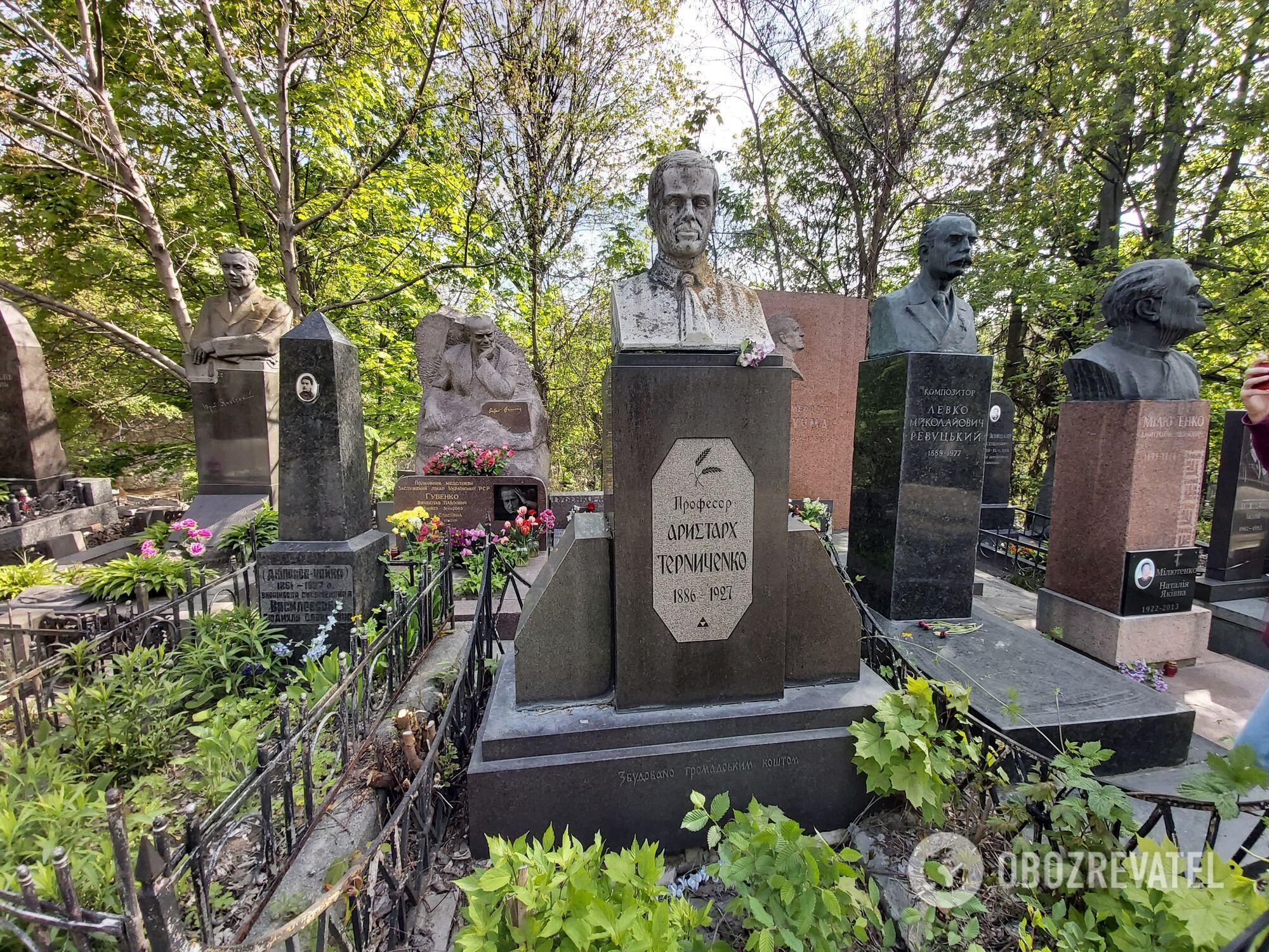 На кладбище есть уникальные памятники в национальном стиле.