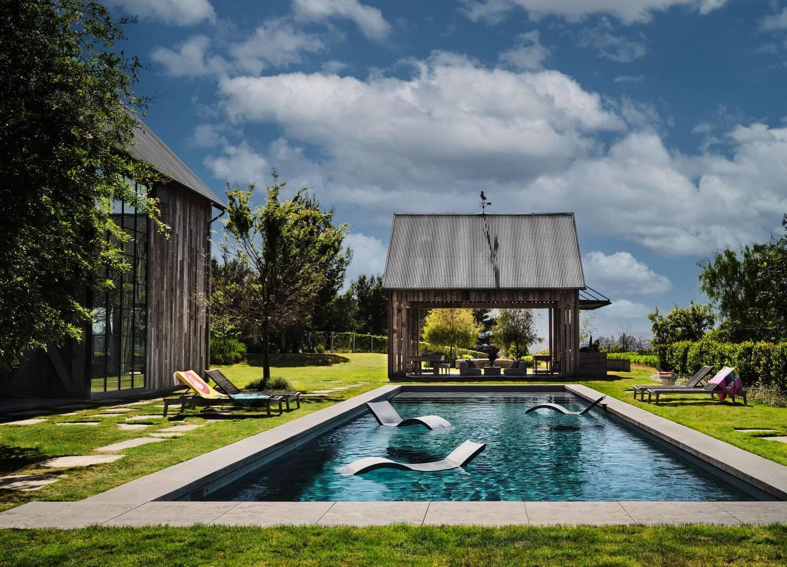 На території будинку є басейн