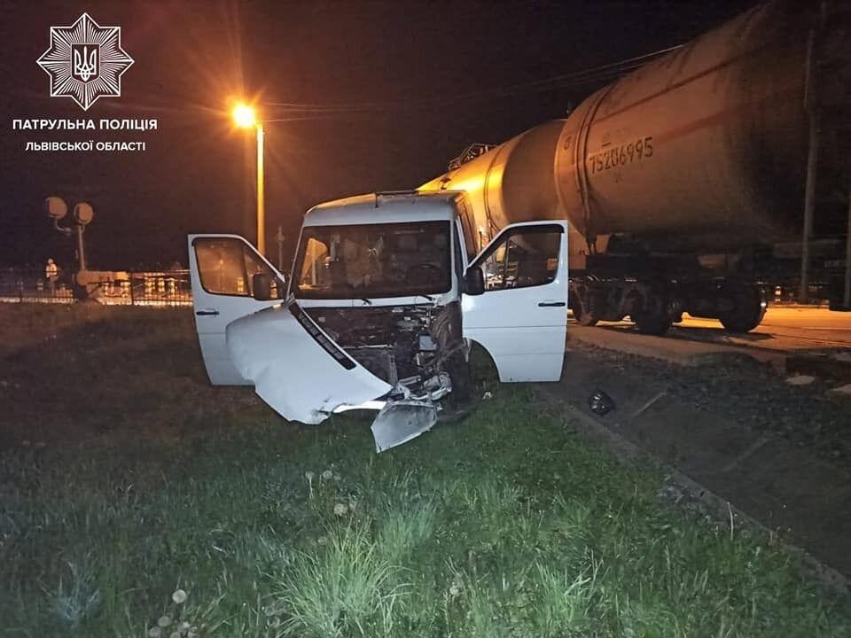 Три автівки та локомотив зіткнулися на Львівщині