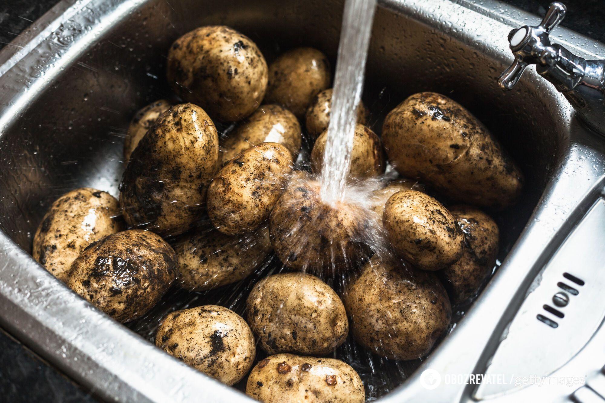За допомогою води можна швидко очистити картоплю