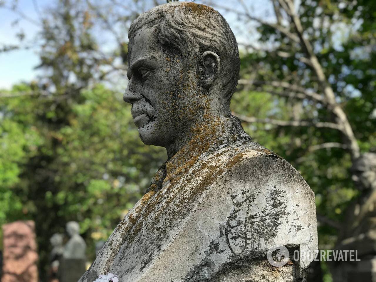 Бюст известного агронома Аристарха Терниченко нужно отреставрировать.