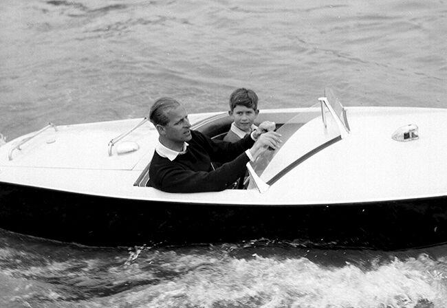 Принц Чарльз в детстве со своим отцом принцем Филиппом