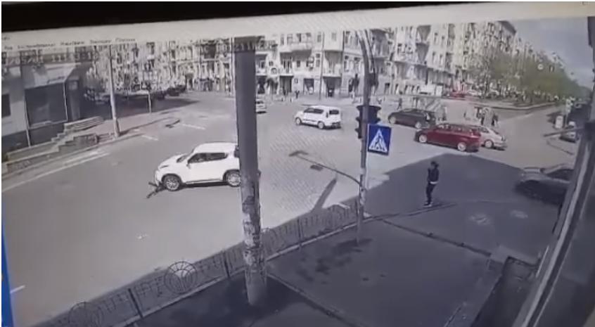 Девушка оказалась под колесами автомобиля