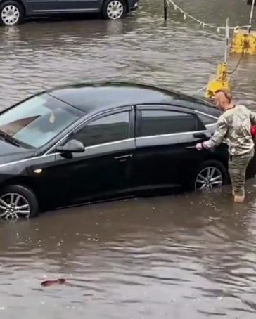 """Водіям довелося добиратися до своїх авто по """"річках""""."""