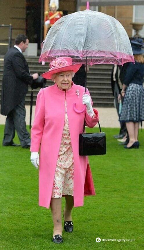 Елизавета II к каждому образу подбирает зонт.