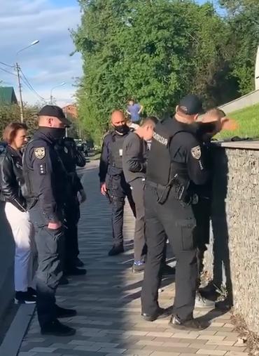 Поліцейський дає запотиличник