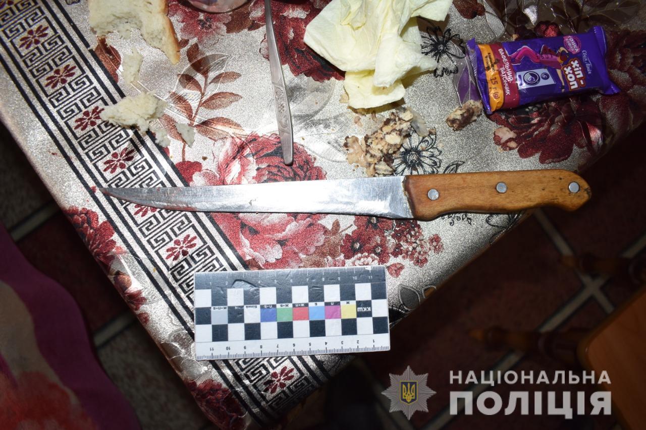 Коли прийшов син, жінка взяла зі столу ніж і вдарила його у груди