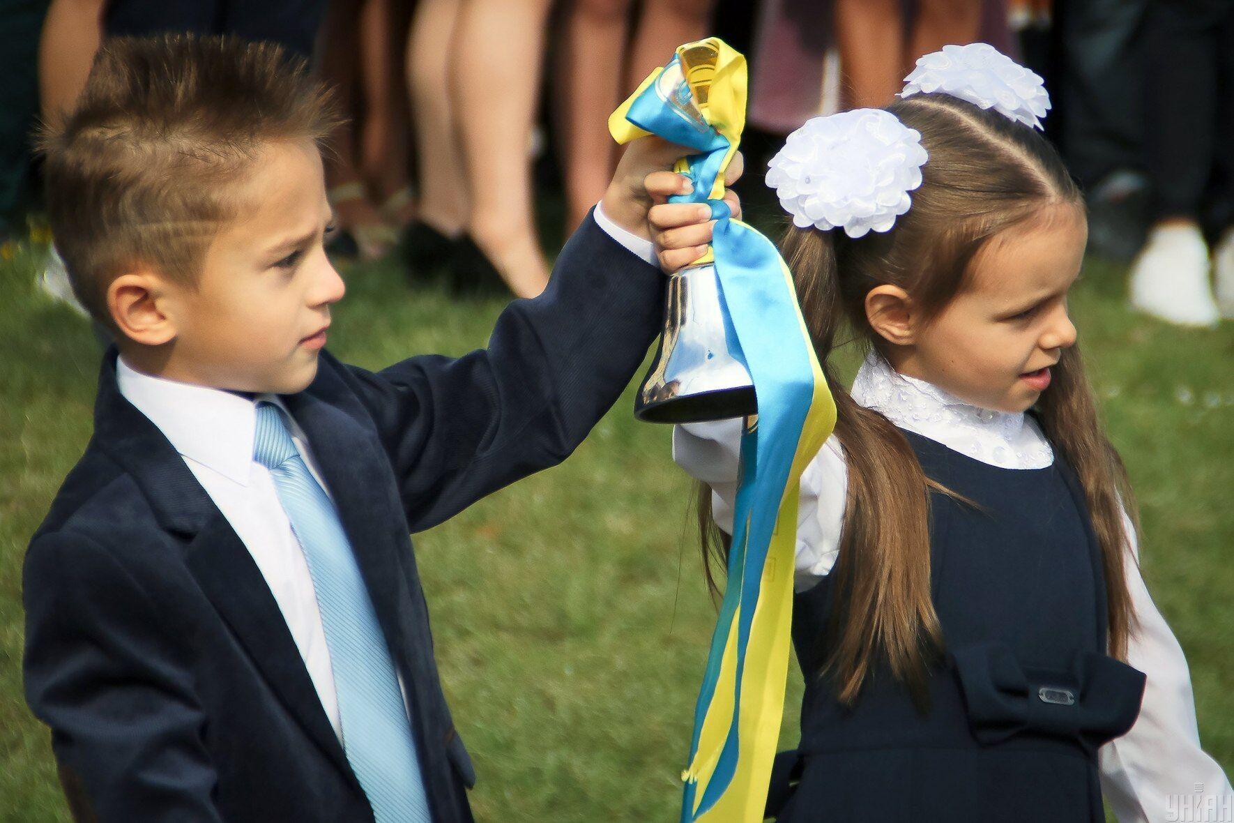Чтобы ребенок был принят в первый класс, один из родителей должен лично подать руководителю учебного заведения заявление о зачислении до 31 мая