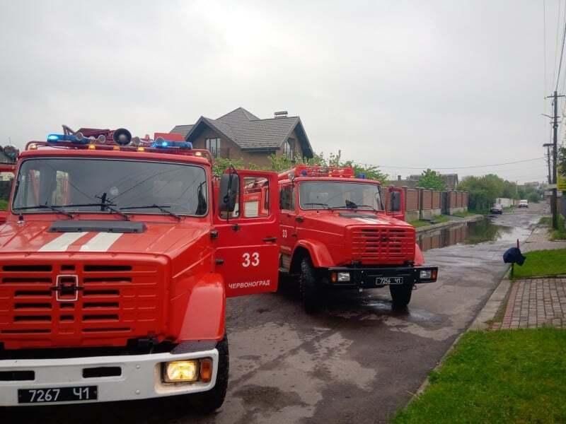 На Львівщині затопило місто: під водою опинилися будинки та вулиці. Відео