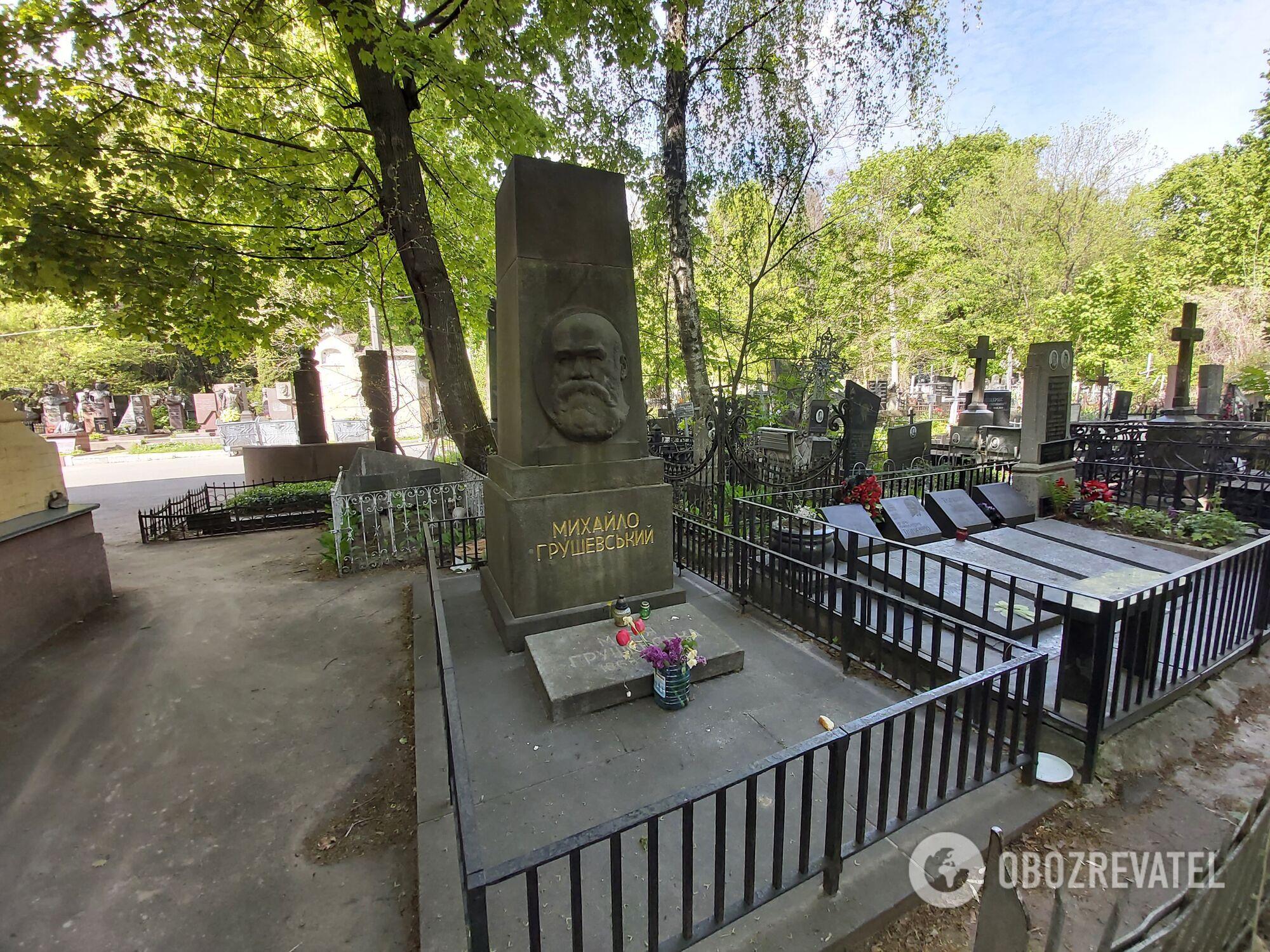 За могилой отца украинской истории Михаила Грушевского ухаживают.