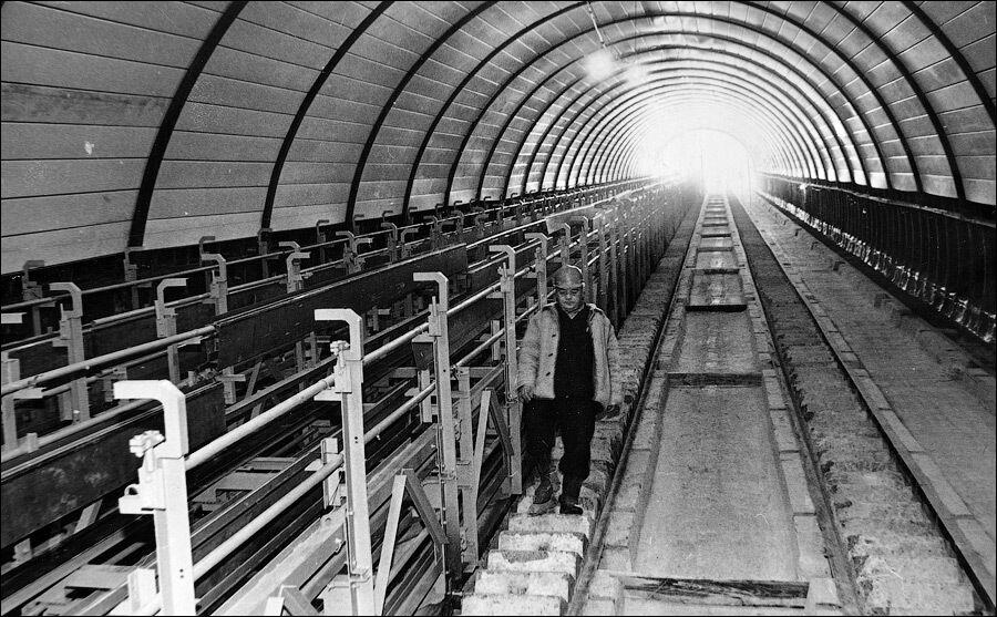 Наклонный тоннель с полусобранным эскалатором изнутри.