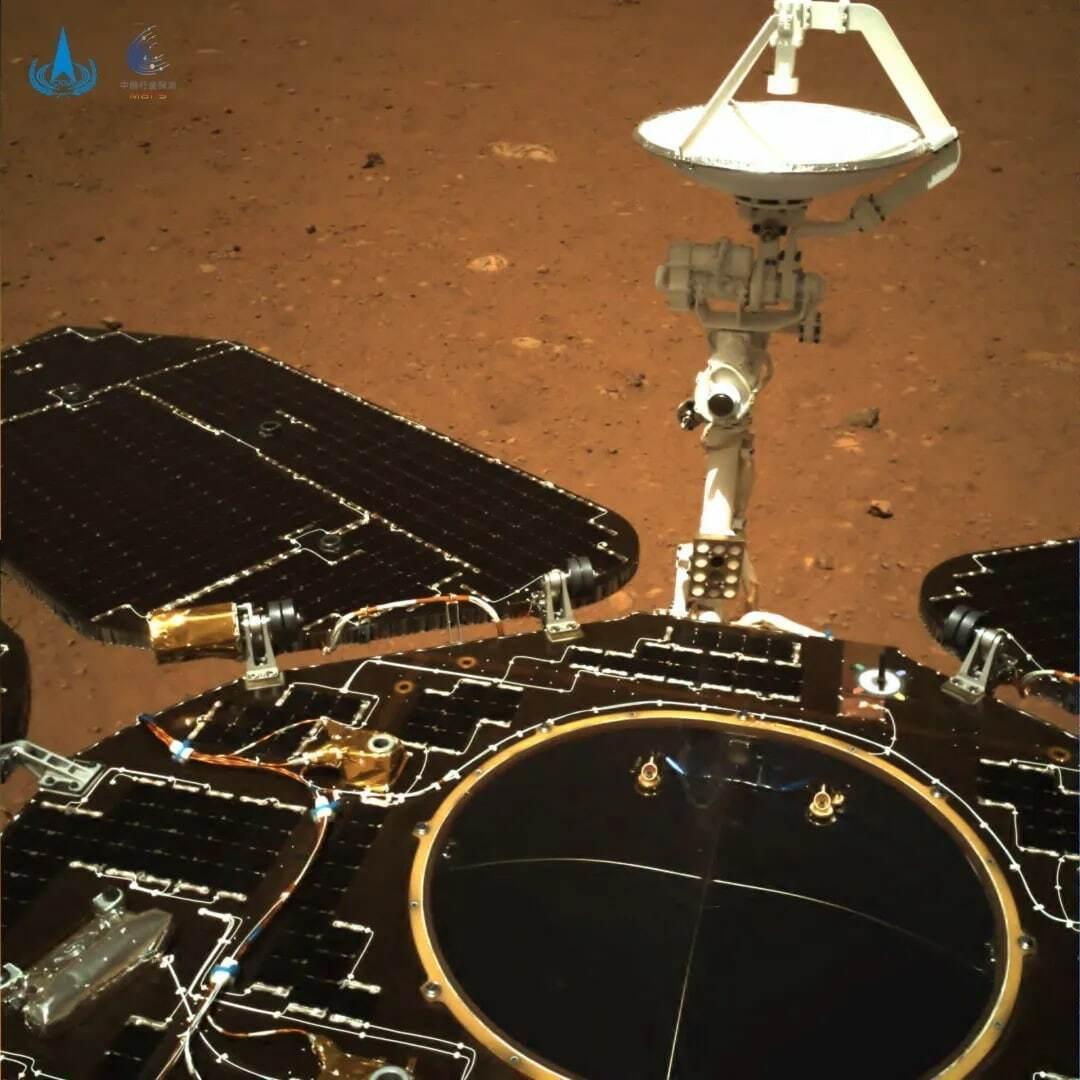Китайський марсохід надіслав на Землю перші фото з Марса