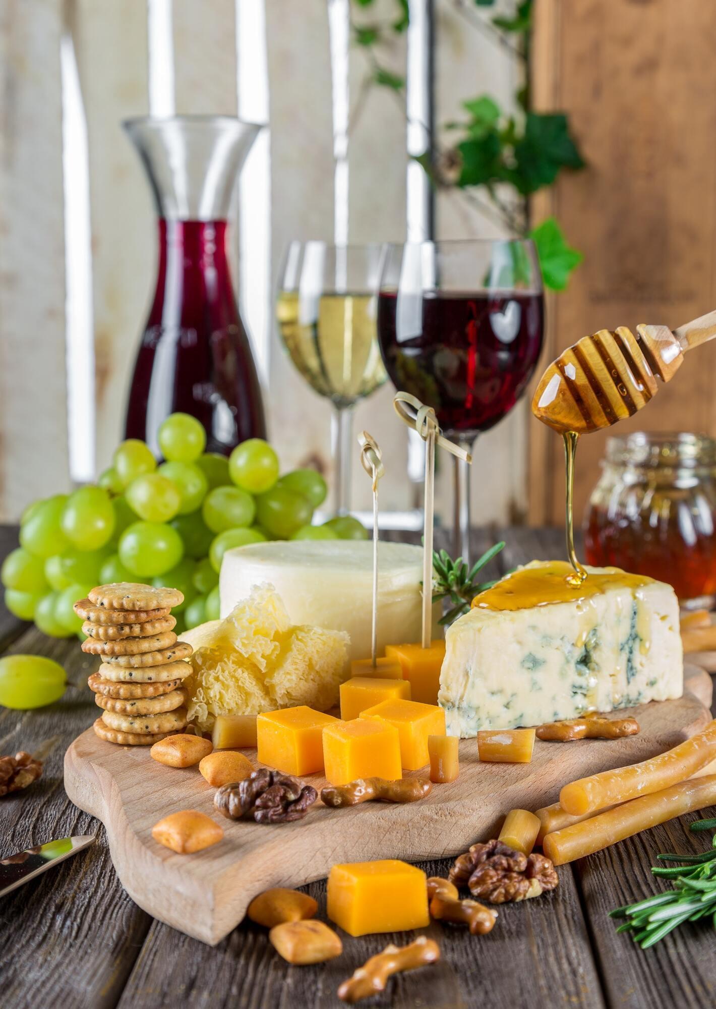 Сир, вино і печиво будуть відмінним набором для вилазки на природу