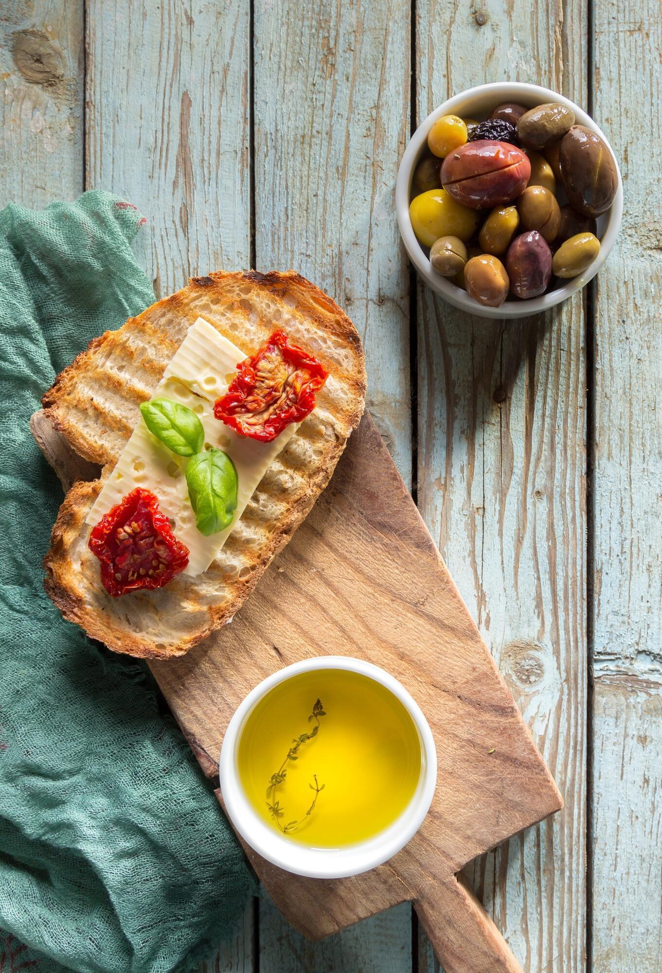 Оливки й сушені томати